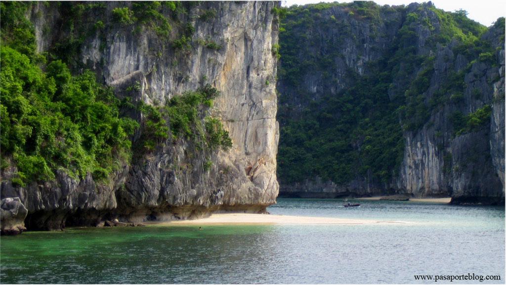 playa en el mar de la china, bahia de halong, vietnam