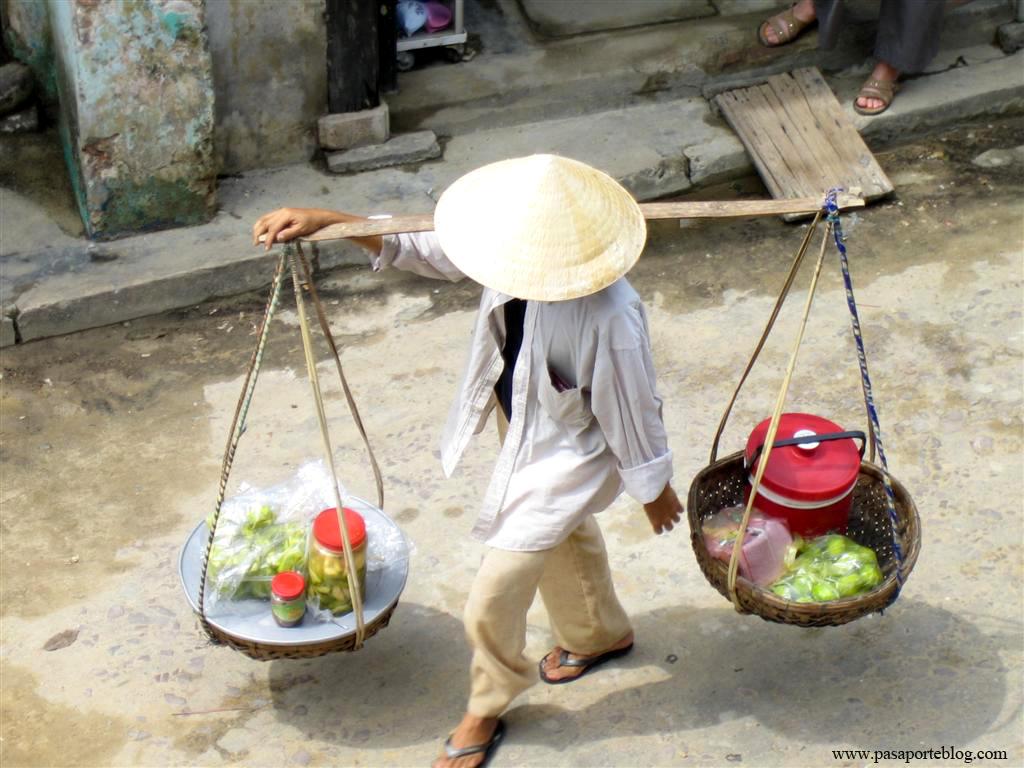 Venta ambulante por la calles de la ciudad de Hoi An, Viaje por Vietnam