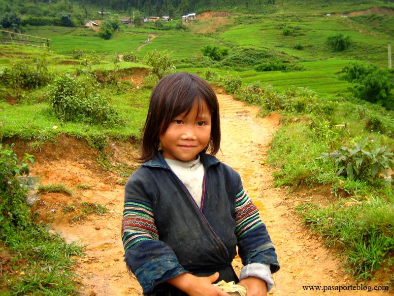 niña en sa pa con las ropas tradicionales vietnam