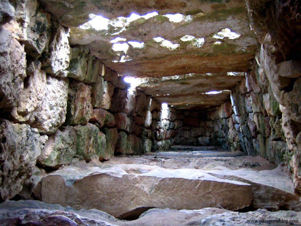 Interior de la Naveta des Tudoms, Menorca, Islas Baleares