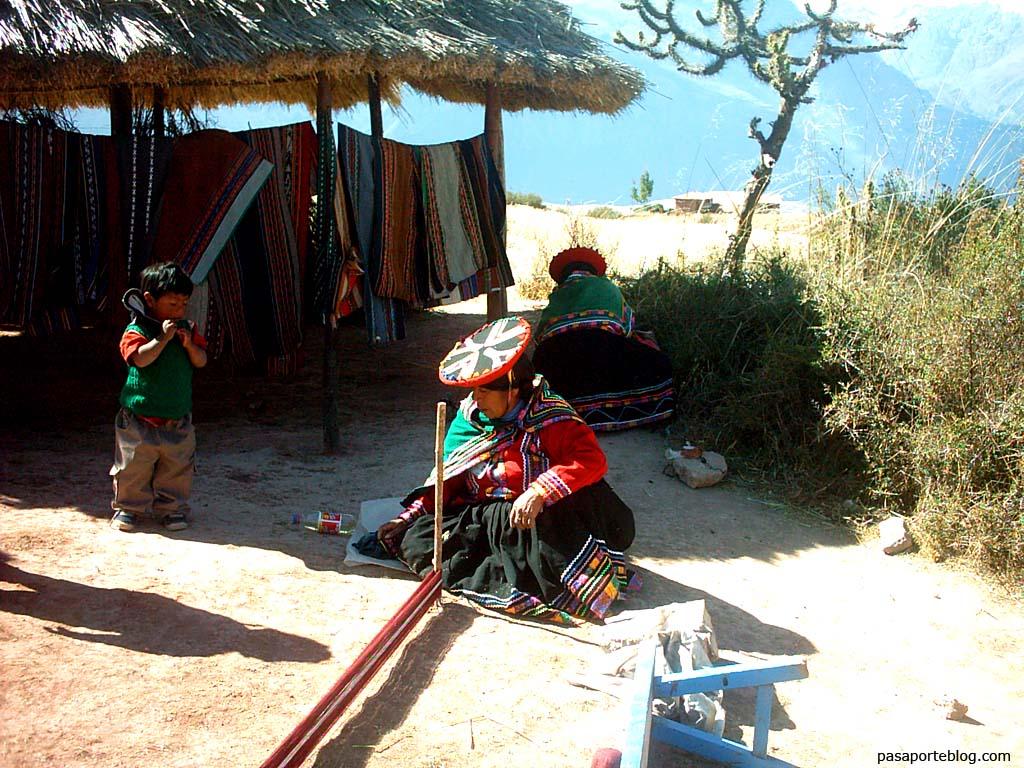 Artesania Quechua en las terrazas de Moray, Valle Sagrado de los Incas, Cuzco, viaje Peru