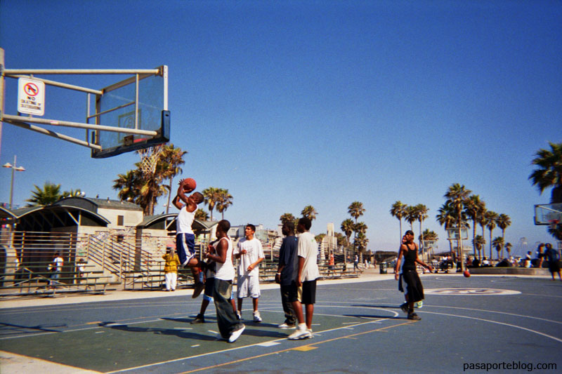 partido de baloncesto en santa monica, los angeles, california FOTOGRAFIA A COLOR