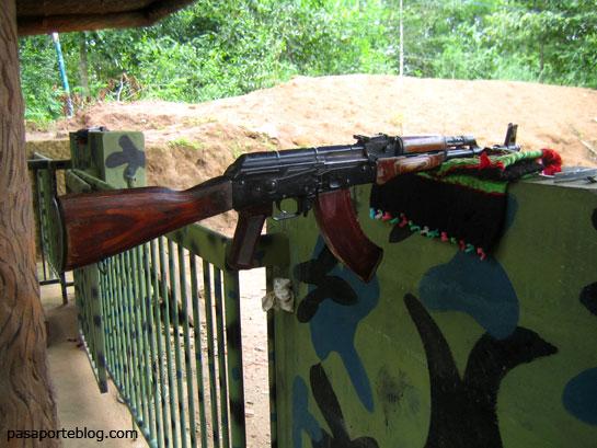 kalashnikov fusil en los tuneles de Cu Chi, viaje a Vietnam