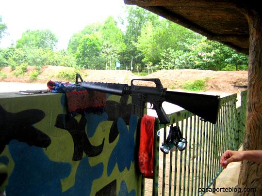 m16 fusil en los tuneles de Cu Chi, viaje a Vietnam
