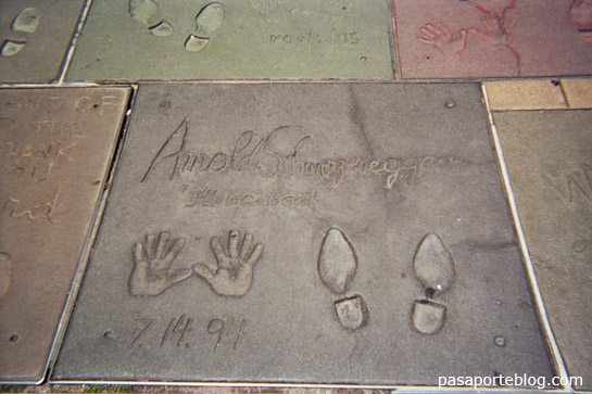 arnold swarzenegger en el suelo de hollywood