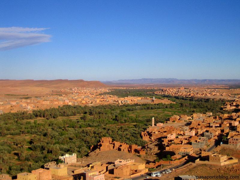 Garganta de Todra cerca de la ciudad de Tinerhir, en el extremo de un valle de palmeras