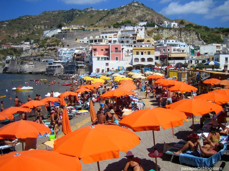 Playas abarrotadas en Sant Angelo, Ischia, Italia