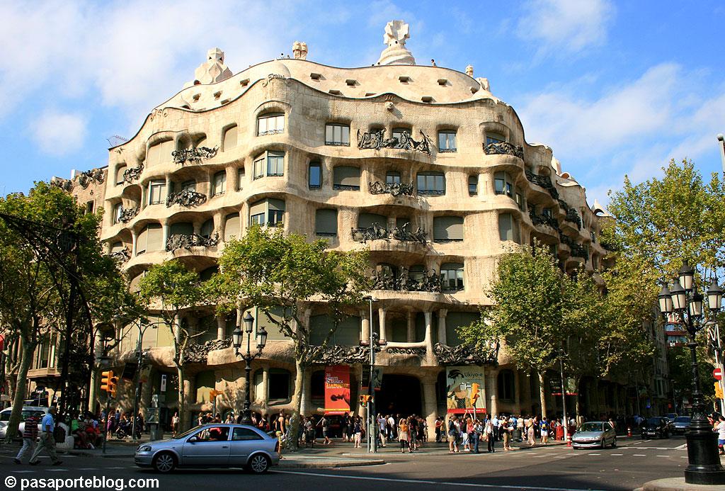 La pedrera gaudi en barcelona - Casa la pedrera gaudi ...