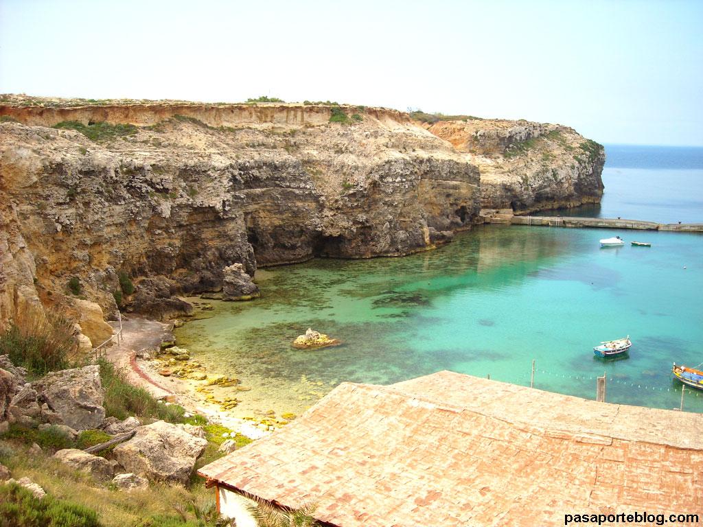 Anchor Bay es una pequeña cala mediterranea de Malta