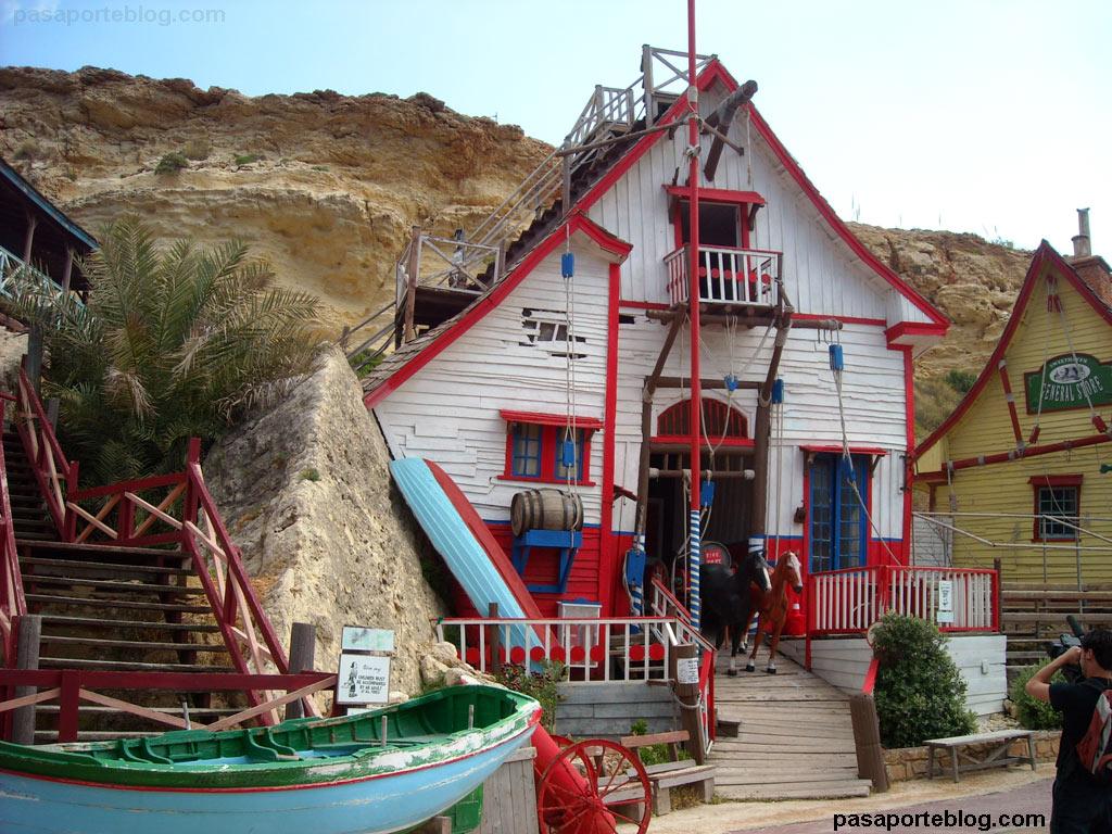 Popeye's Village, un pequeño pueblo costero en el mar Mediterraneo de la isla de Malta.