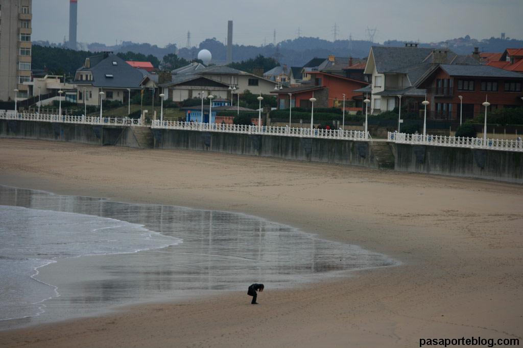 Marea baja en la playa de Salinas, Asturias
