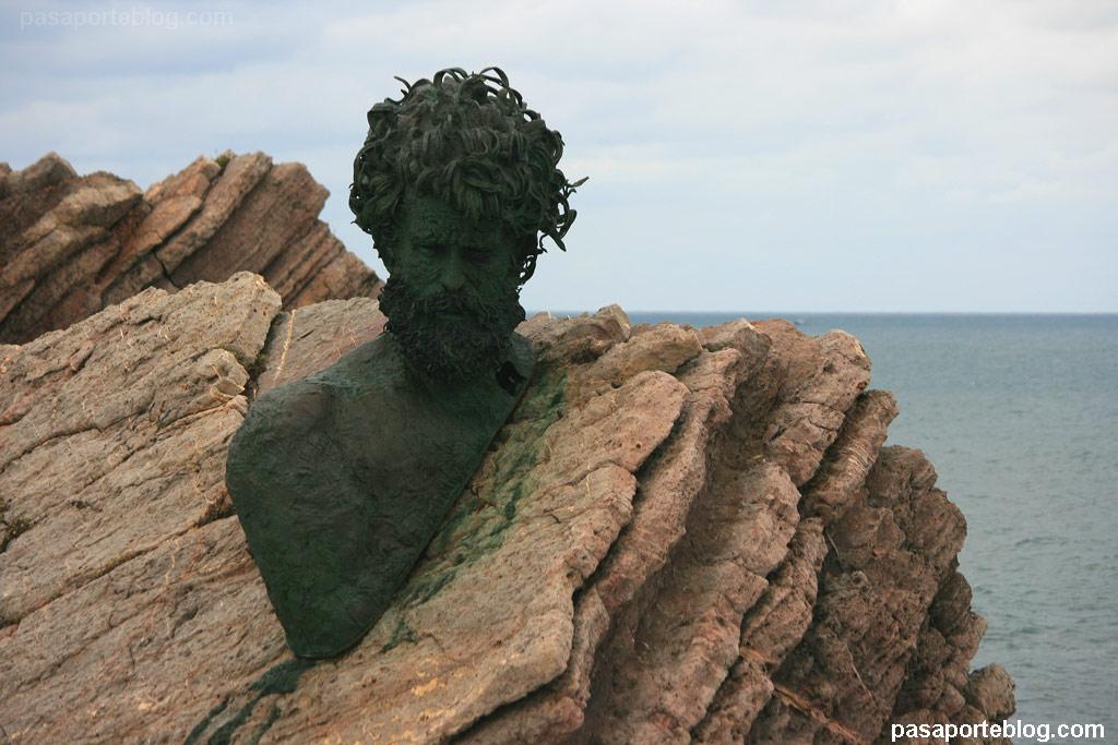 Museo de las Anclas, playa de Salinas. Busto de Philippe Cousteau