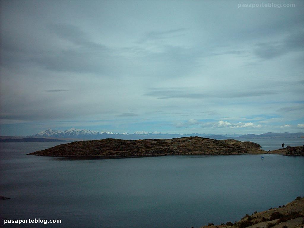 Los Andes sobre el lago Titicaca