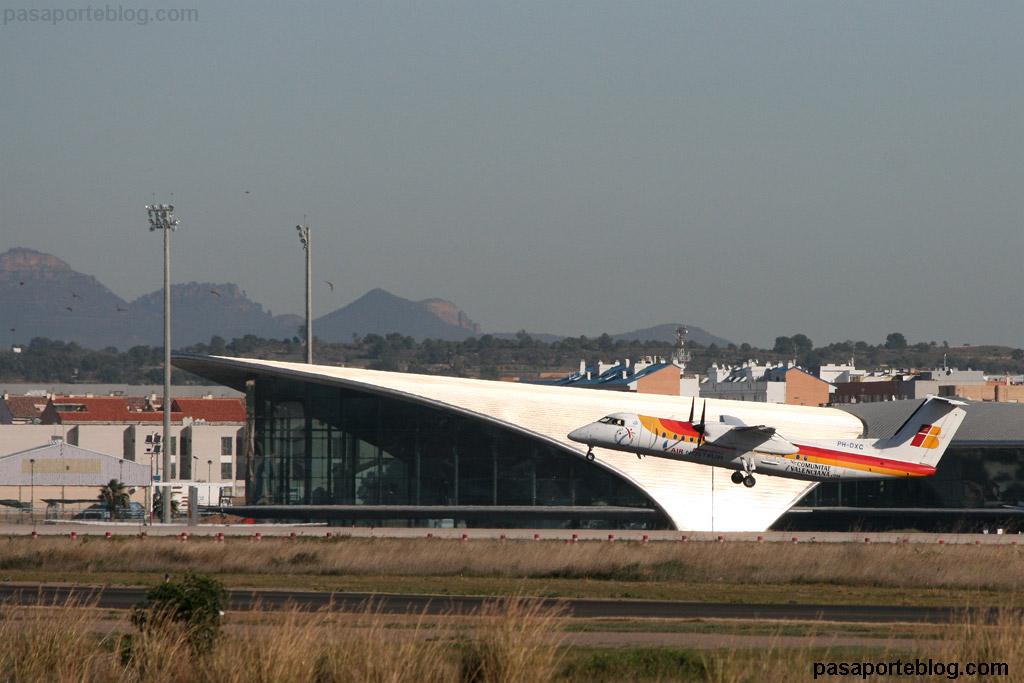 dash q300 avion en vuelo en aeropuerto de valencia IBERIA REGIONAL AIR NOSTRUM