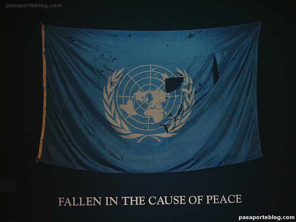 Bandera de las Naciones Unidas, conmemoración a los caídos por la paz. ONU