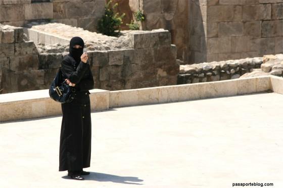 Turisma musulmana con burka y móvil, alepo, siria