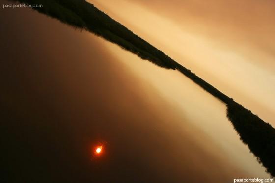 atardecer e incendio en botswana africa