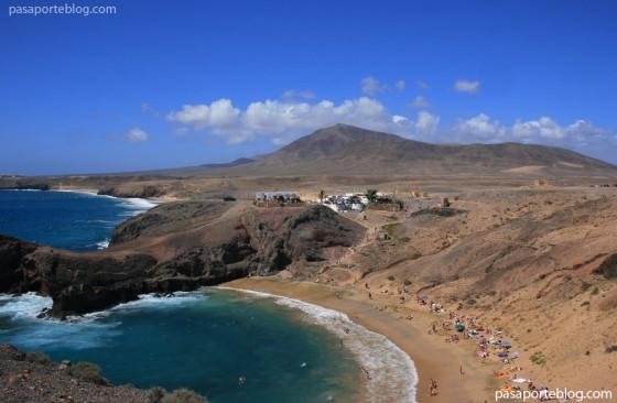 playa-papagayo-y-volcan-al-fondo-lanzarote islas canarias