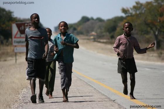 ninos-en-la-carretera-de-namibia