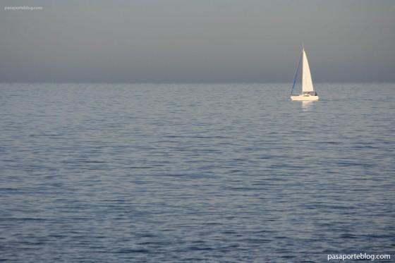 un velero navegando en el mar mediterráneo foto