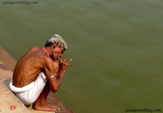 indio en el rio ganges viajes a la india blog de viajes