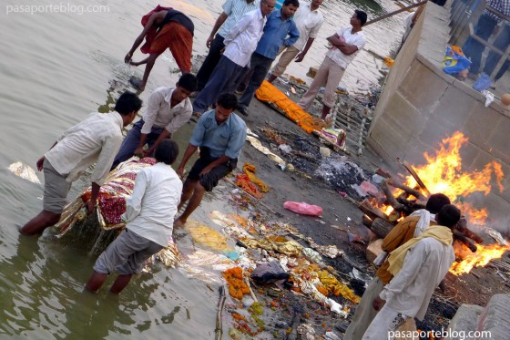 Ceremonias mortuorias en el rio Ganges, ciudad de Varanasi