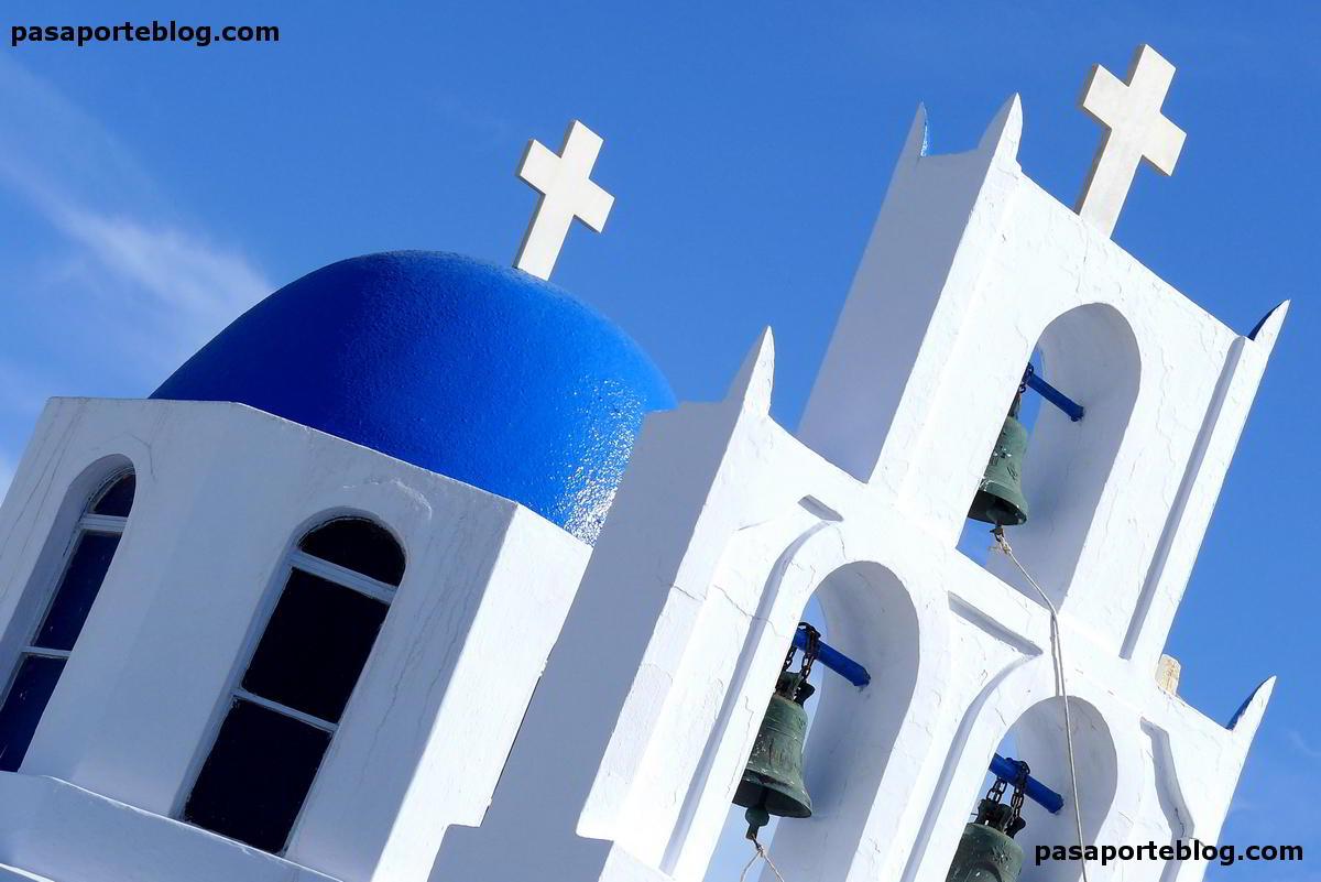 iglesia en la isla de santorini,  islas griegas, mochilero y turistas de lujo