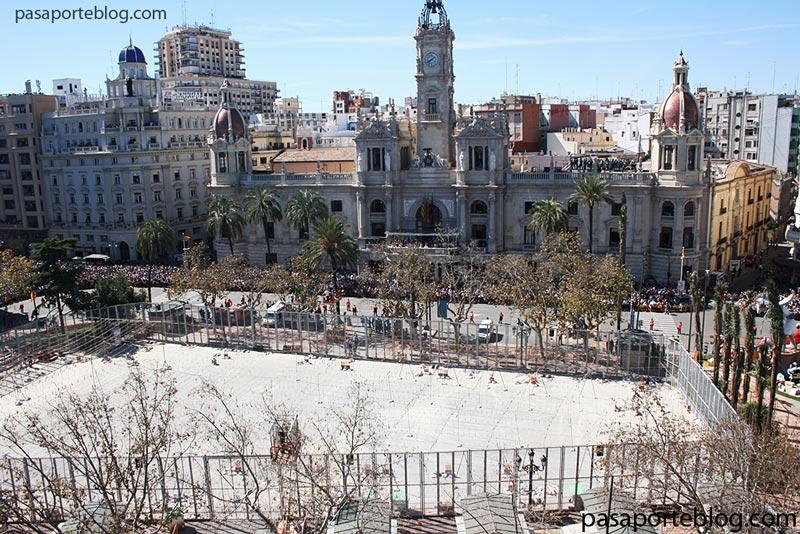 la plaza del ayuntamiento en la mascleta