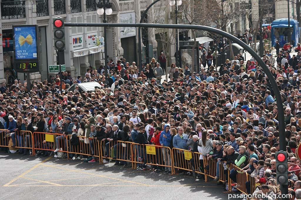 valencianos esperando la mascleta