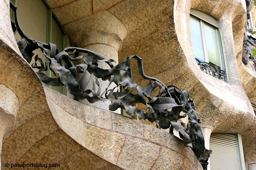 hierro forjado en la fachada de la pedrera