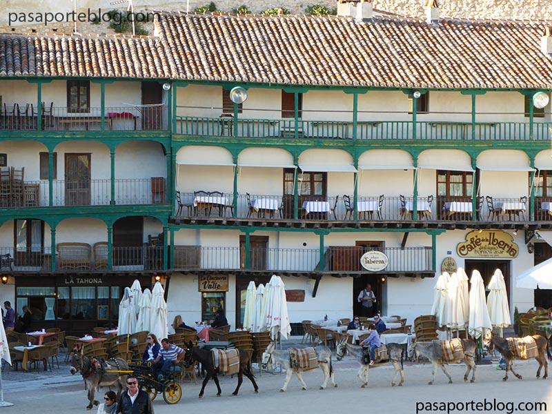 restaurante en los balcones de los edificios en chinchón