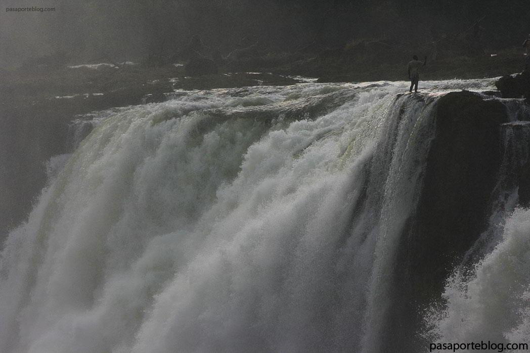 selfie al filo del precipicio en las cataratas victoria, rio zambece viaje al sur de Africa-blog-de-viajes