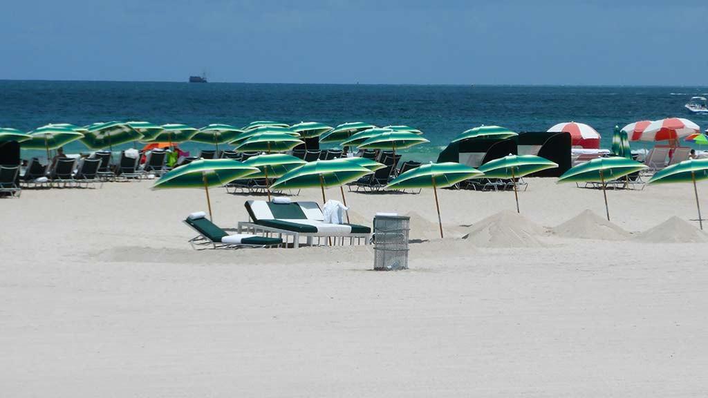 south beach viaje a miami sombrillas y tumbonas del hotel richmond