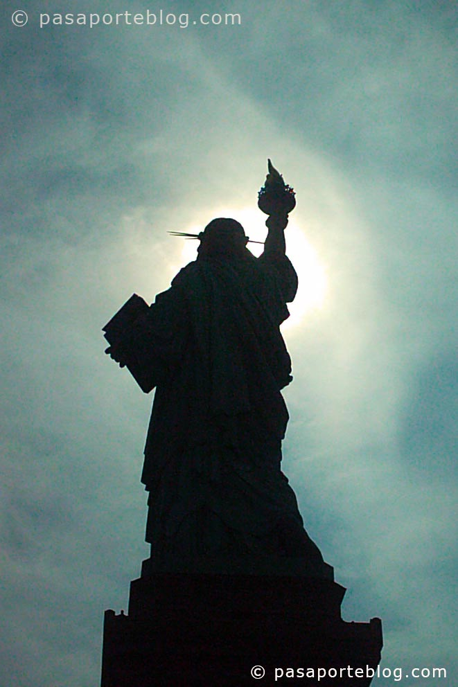contraluz de la estatua de la libertad viaje a nueva york