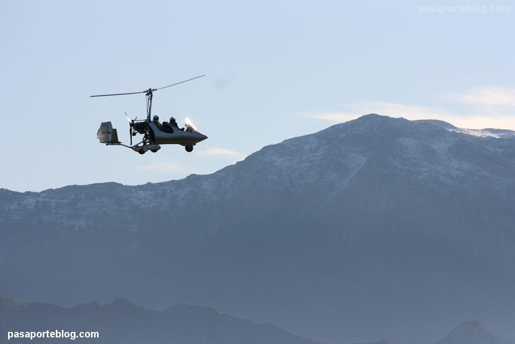 Autogiro en vuelo en Ribadesella, Asturias