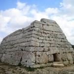 Naveta des Tudons y caldereta de langosta en Menorca