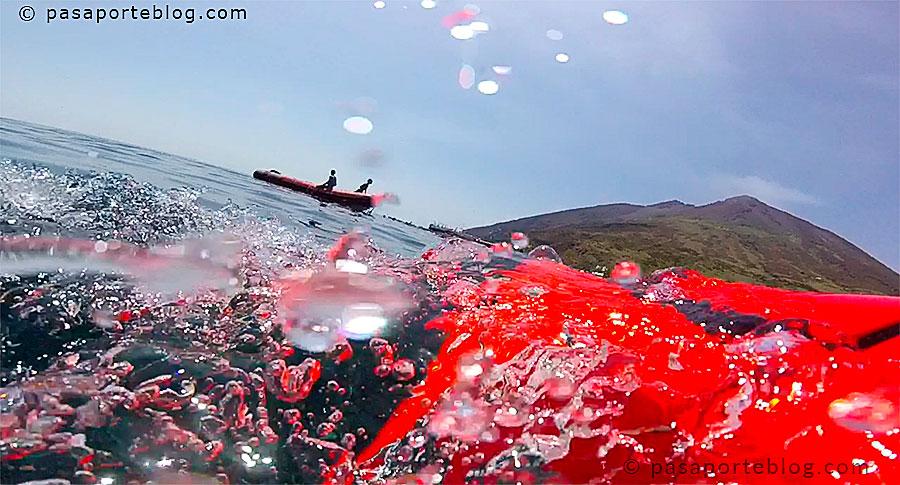 Seabob y la isla de stromboli al emerger buceando
