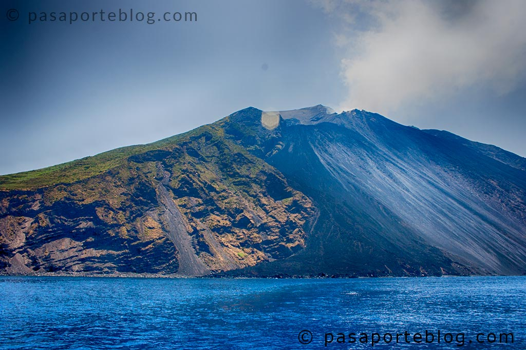 volcán activo stromboli humo y piedras volcánicas