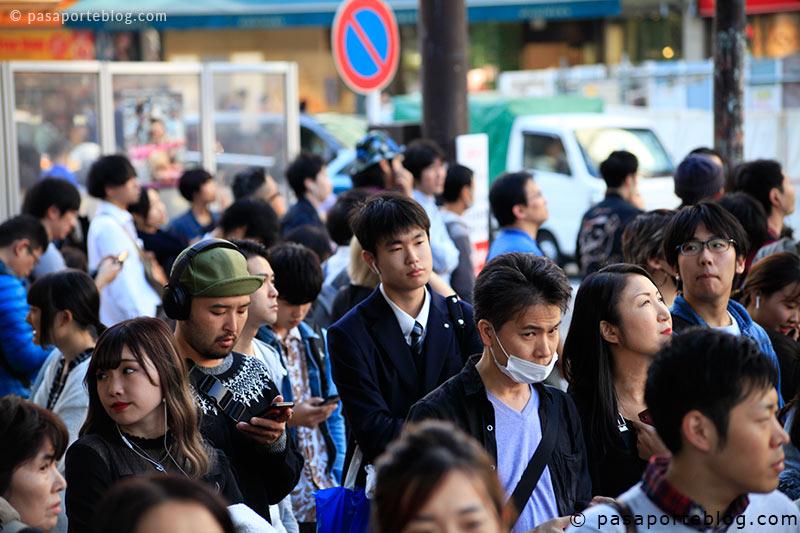 japoneses esperando en crossing shibuya tokio
