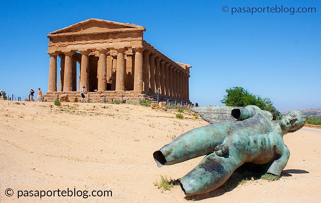 icaro de bronce en el templo griego de la concordia siclia agrigento
